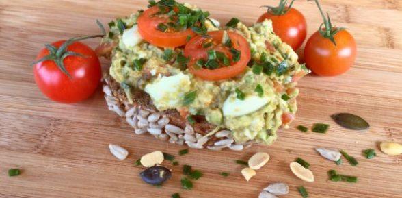 Avocadodip mit Tomate und Ei